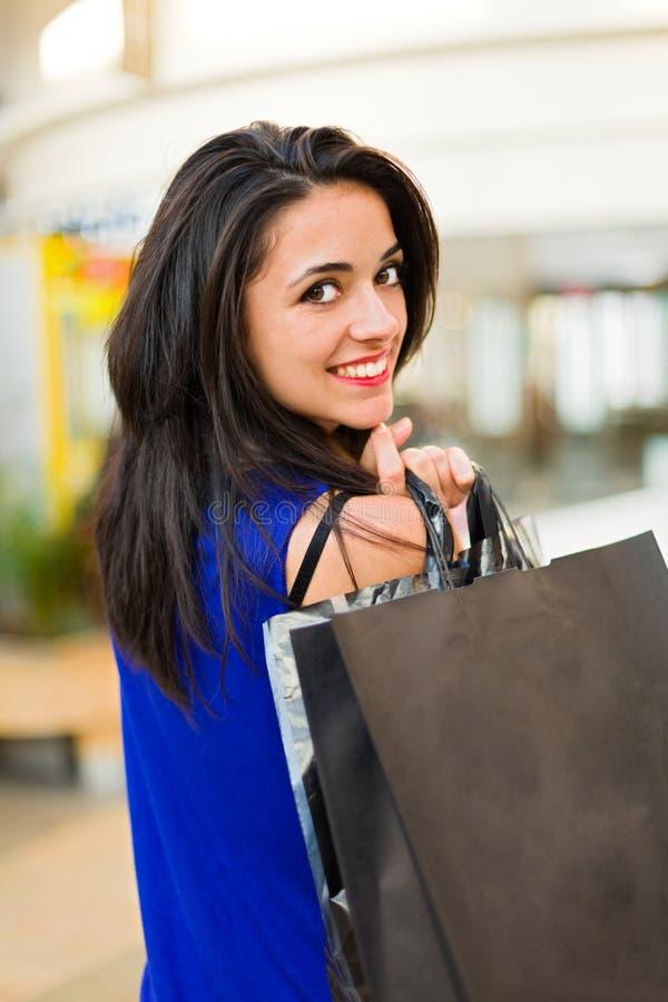 Frau im Einkaufszentrum lizenzfreie stockbilder