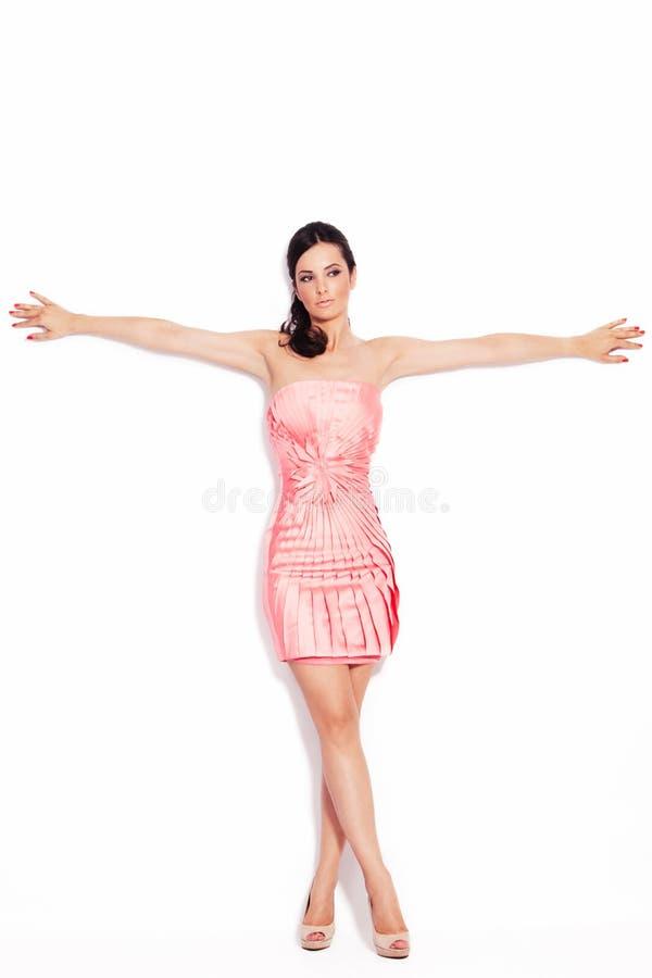 Frau im eleganten kurzen Kleid lizenzfreies stockbild