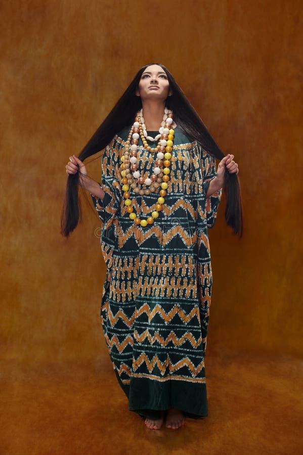 Frau im ethnischen Kleid lizenzfreie stockfotografie