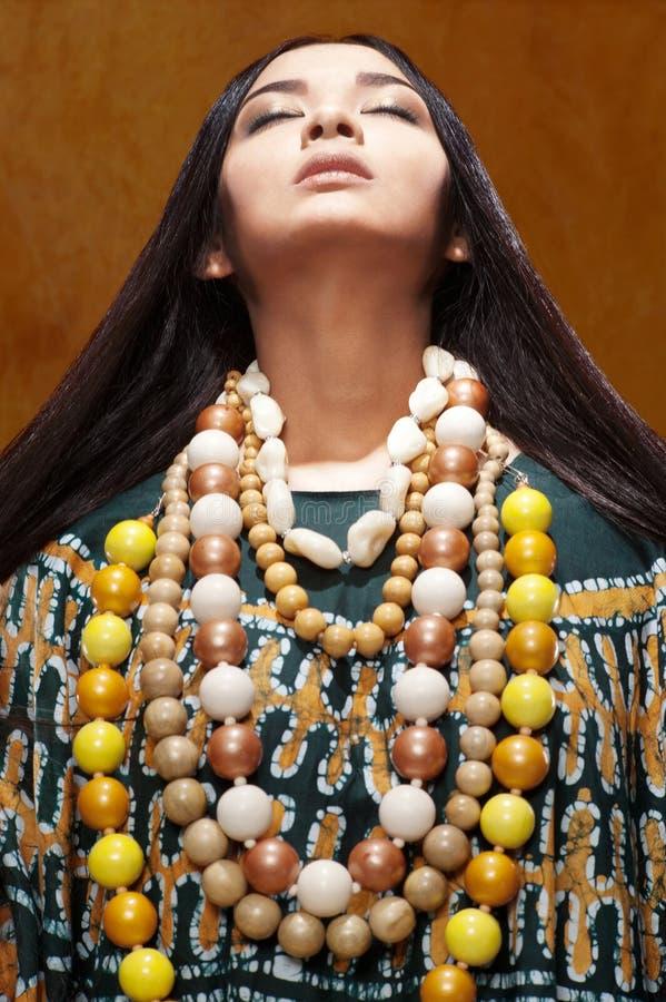 Frau im ethnischen Kleid stockbild