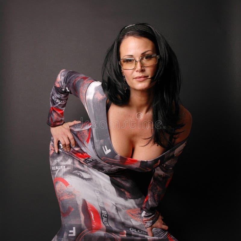 Frau im flippigen Kleid stockbild