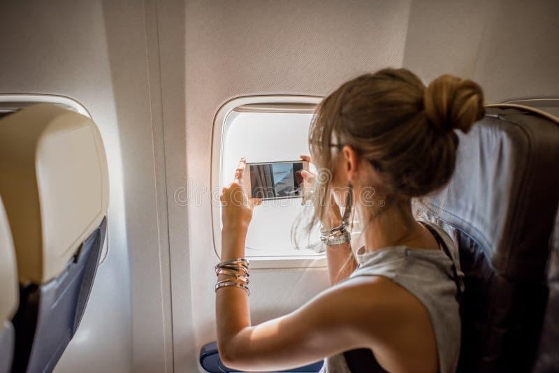 Frau im Flugzeug lizenzfreie stockfotografie