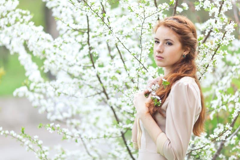 Frau im Frühjahr lizenzfreie stockfotografie