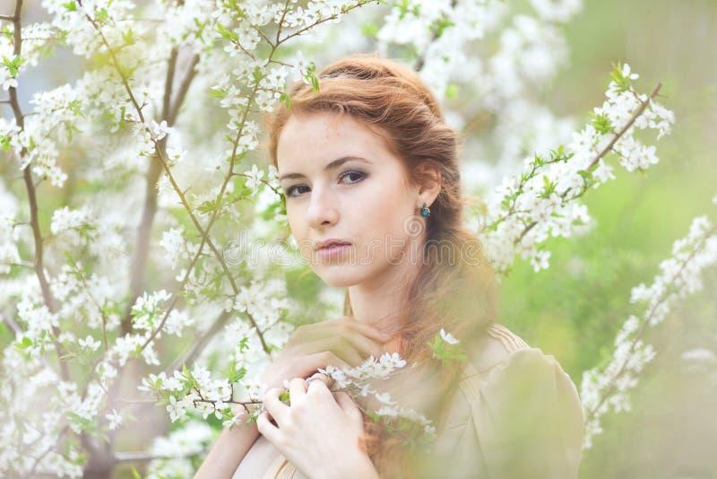 Frau im Frühjahr stockfoto