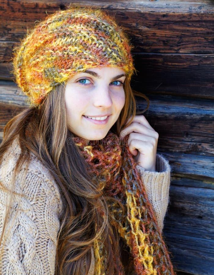 Frau im Freien im Herbst lizenzfreie stockbilder