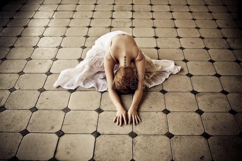 Frau im Fußboden lizenzfreies stockfoto