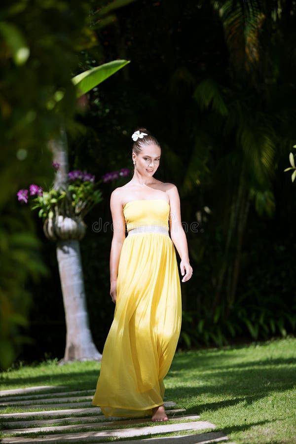 Frau im Gelb stockbild