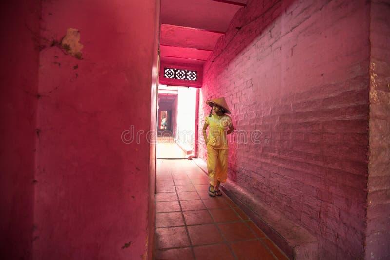 Frau im Gelb geht die rosa Hallen Jade Emperor Pagodas lizenzfreies stockfoto