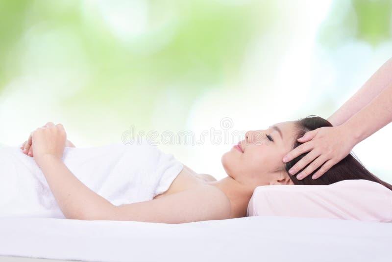 Frau im Gesundheitsbadekurort mit grünem Hintergrund stockfotografie