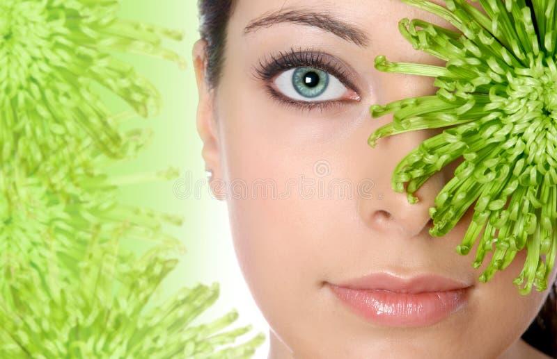 Frau im grünen Badekurort stockbild