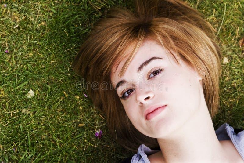 Frau im Gras lizenzfreie stockfotos