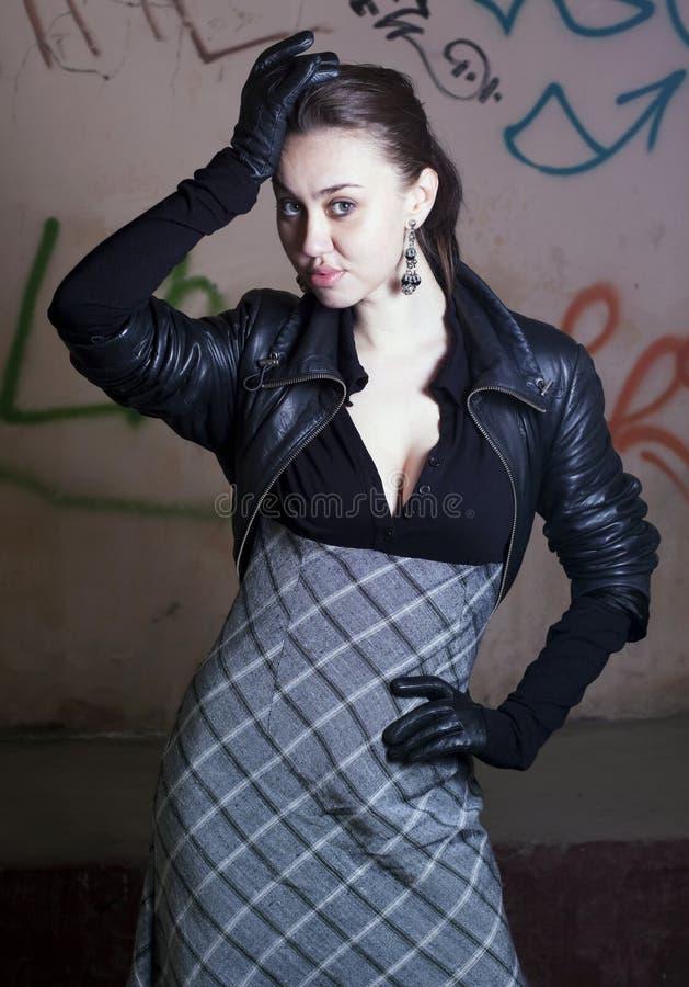 Frau im grauen Kleid lizenzfreie stockbilder