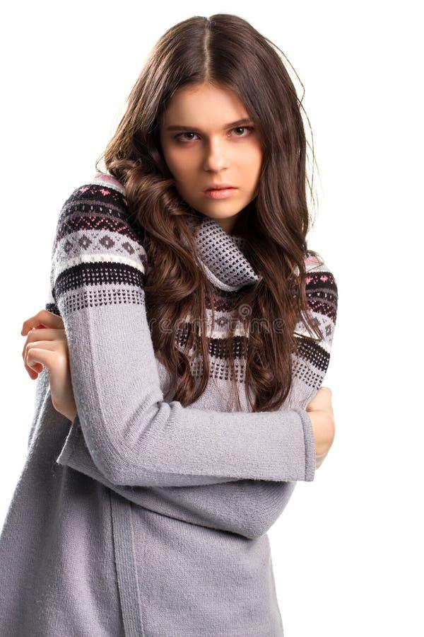 Frau im grauen Pullover stockfoto