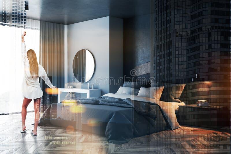 Frau im grauen und schwarzen Schlafzimmer mit Spiegel lizenzfreies stockfoto
