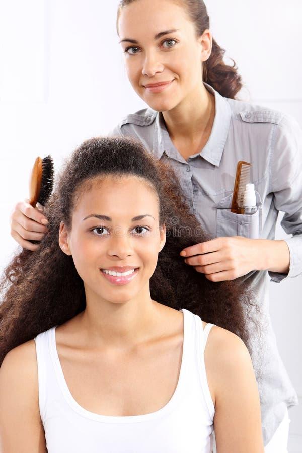 Frau im Haarsalon lizenzfreie stockfotografie