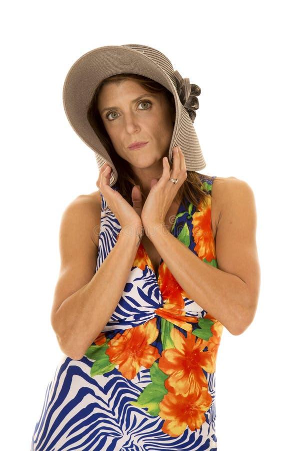 Frau im hawaiin Kleiderfaltenhut über Gesicht stockbilder