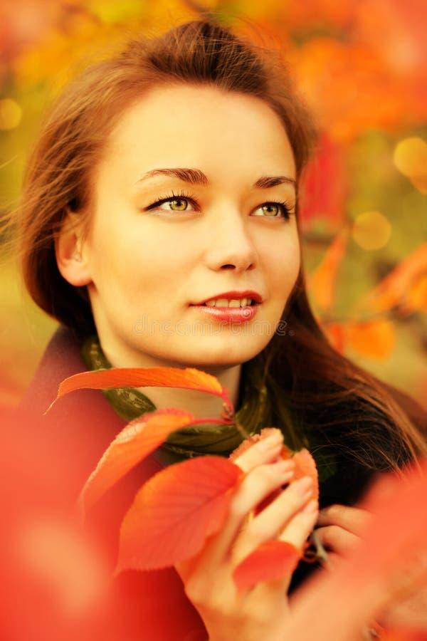Frau im Herbst lizenzfreie stockfotografie