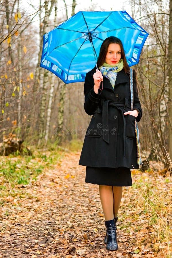 Frau im Herbstwald lizenzfreie stockfotos