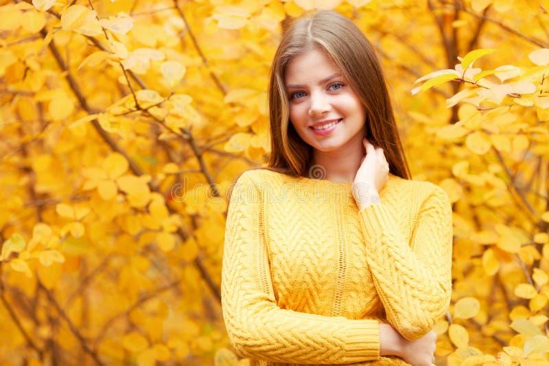 Frau im Herbstwald stockfotografie