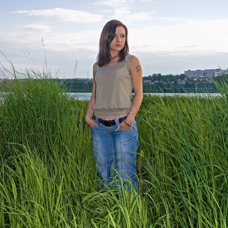 Frau im hohen Gras lizenzfreies stockfoto