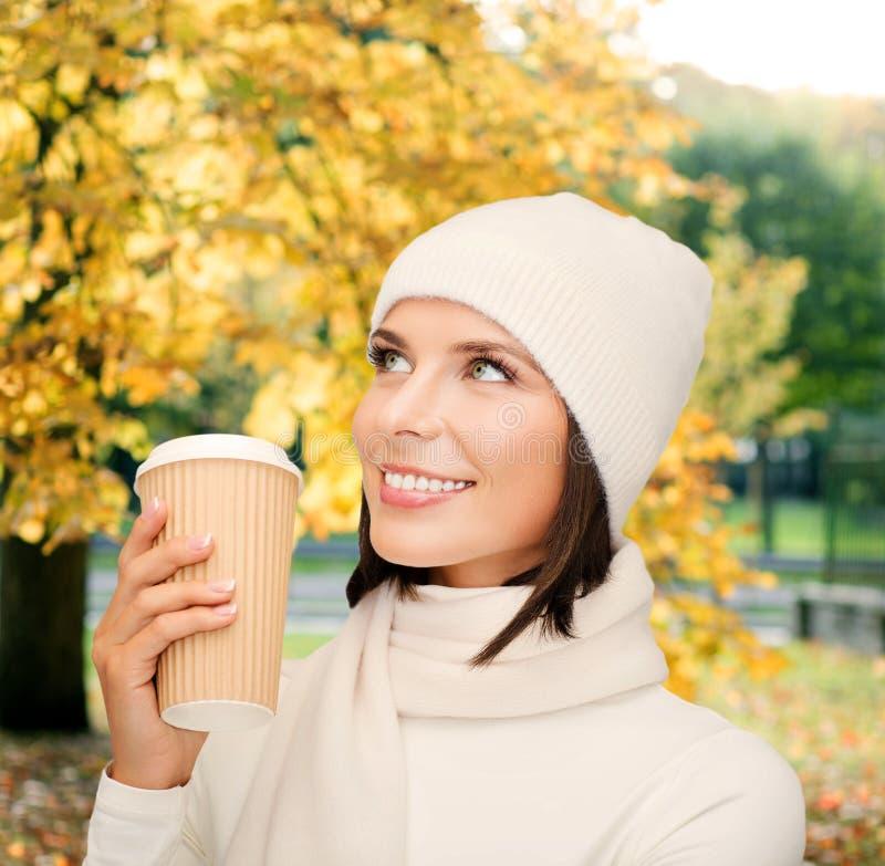 Frau im Hut mit Mitnehmertee- oder Kaffeetasse lizenzfreies stockfoto