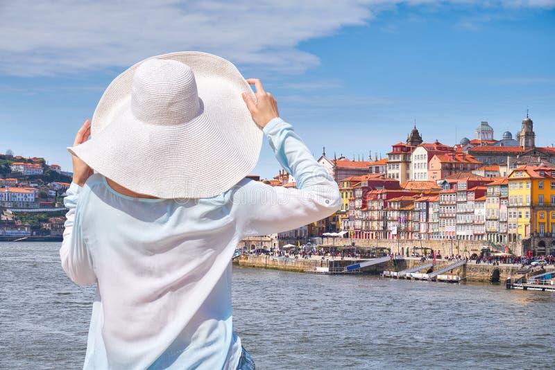 Frau im Hut in Porto-Stadt, Tourist auf der Ufergegend lizenzfreies stockbild