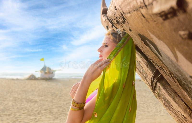 Frau im indischen Sari stockbild