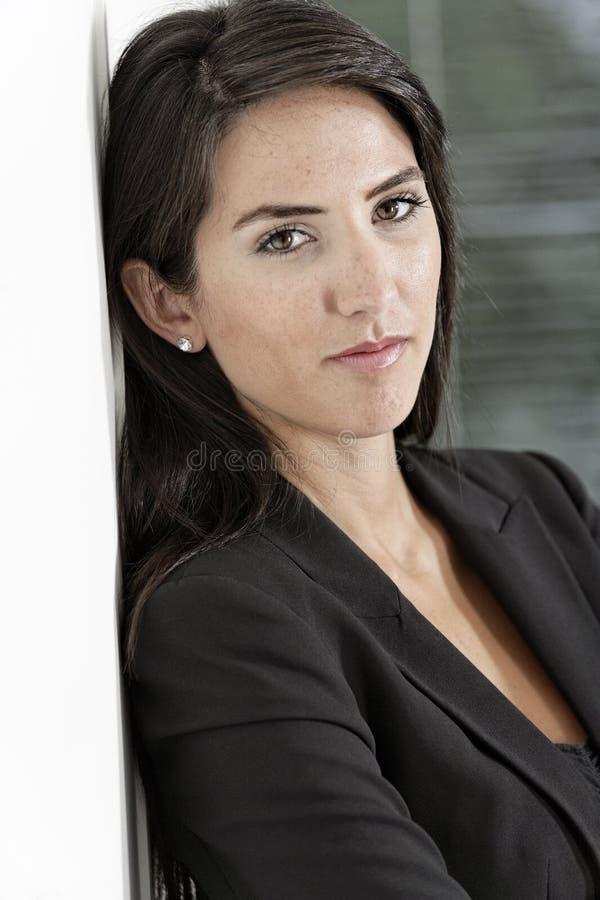 Frau im intelligenten Anzug stockfotografie