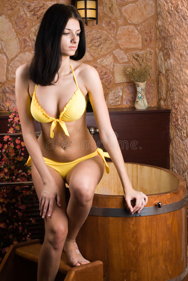 Frau im japanischen Badekurort stockbild