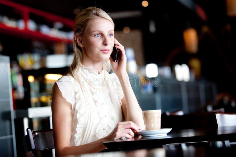 Frau im Kaffee stockfotos