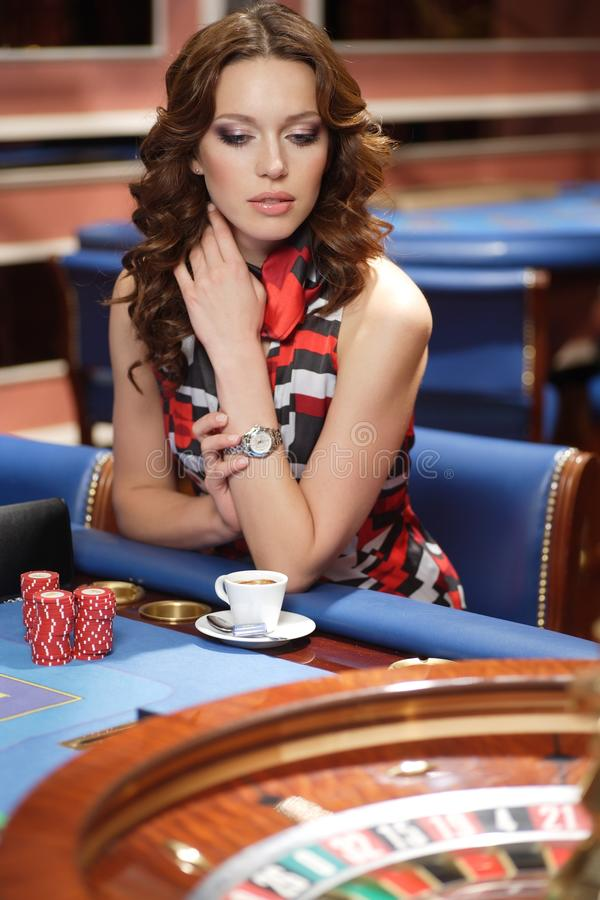 Frau im Kasino lizenzfreie stockbilder