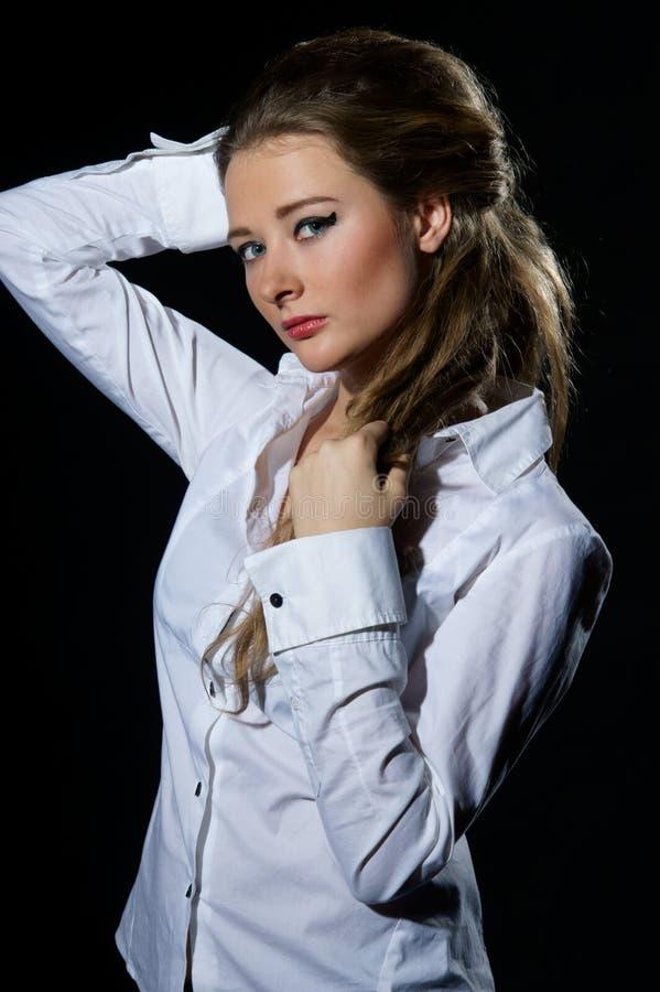 Frau im klassischen Hemd stockfotografie