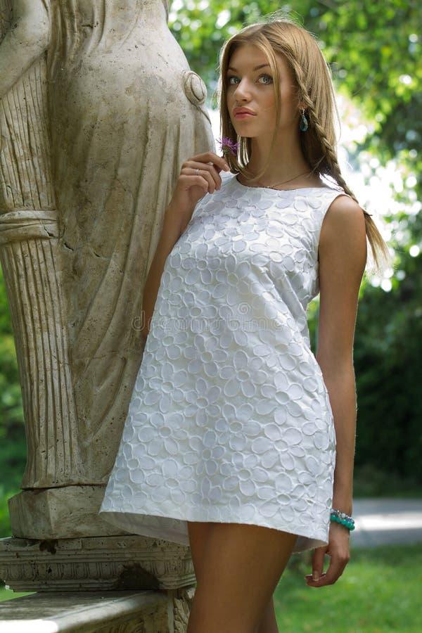 Download Frau im Kleid stockfoto. Bild von fashion, gesicht, haar - 26350192