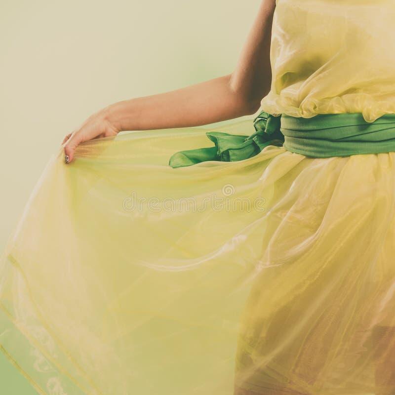 Frau im Kleid des grünen Lichtes lizenzfreie stockfotografie