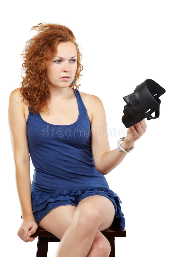 Frau im Kleid sitzt und betrachtet Schablone lizenzfreie stockbilder