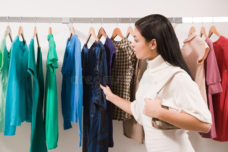 Frau im Kleidungsshop lizenzfreie stockbilder
