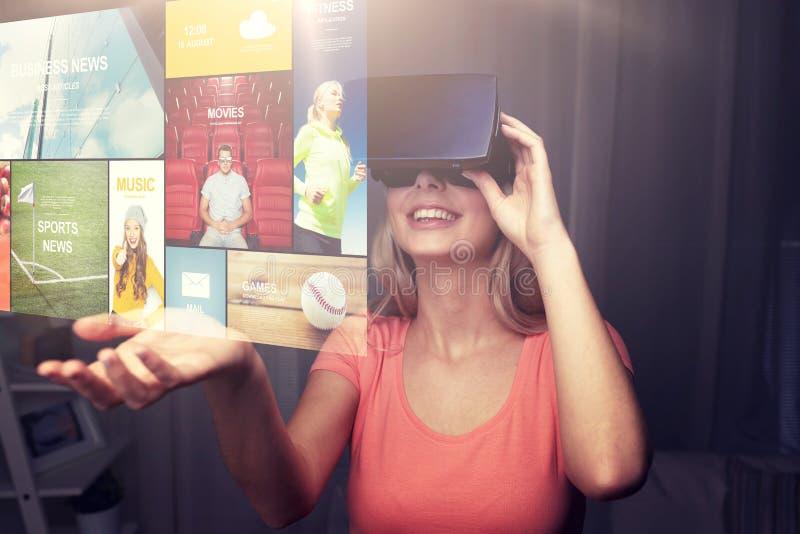 Frau im Kopfhörer der virtuellen Realität oder in den Gläsern 3d lizenzfreies stockfoto