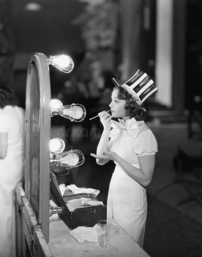 Frau im Kostüm, das Make-up anwendet lizenzfreies stockfoto