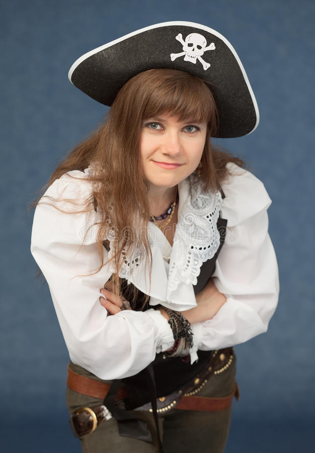 Frau im Kostümpiraten stockfoto