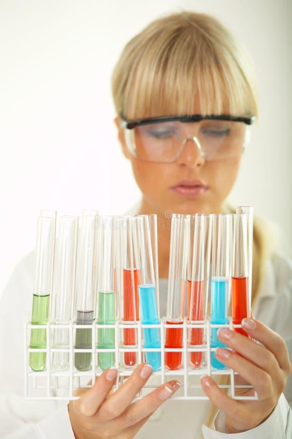 Frau im Labor lizenzfreie stockfotos