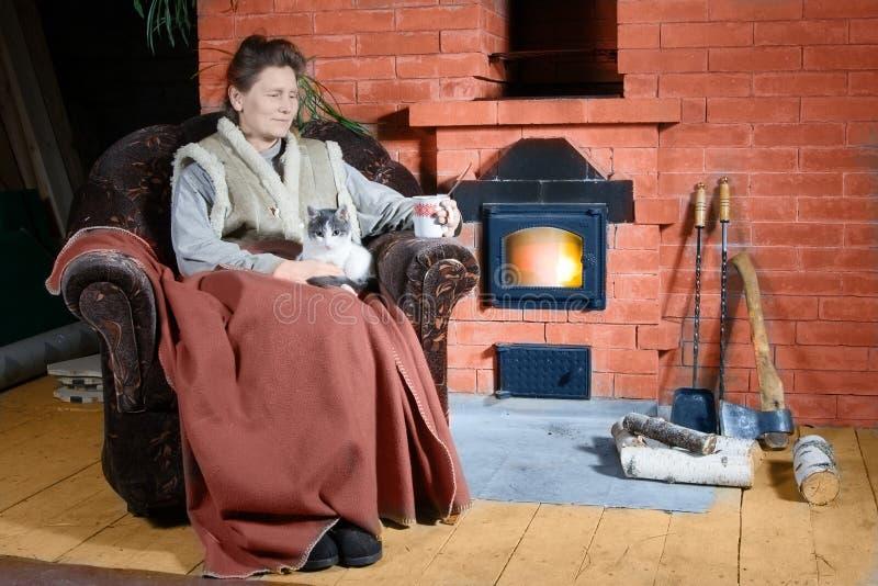 Frau im Landhaus lizenzfreies stockfoto