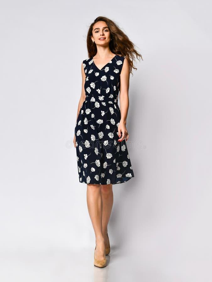 Frau im langen Blumenkleiderin mode Speicher - Portr?t des M?dchens in einem Kleidungsgesch?ft in einem Maxi Sommerkleid stockbilder