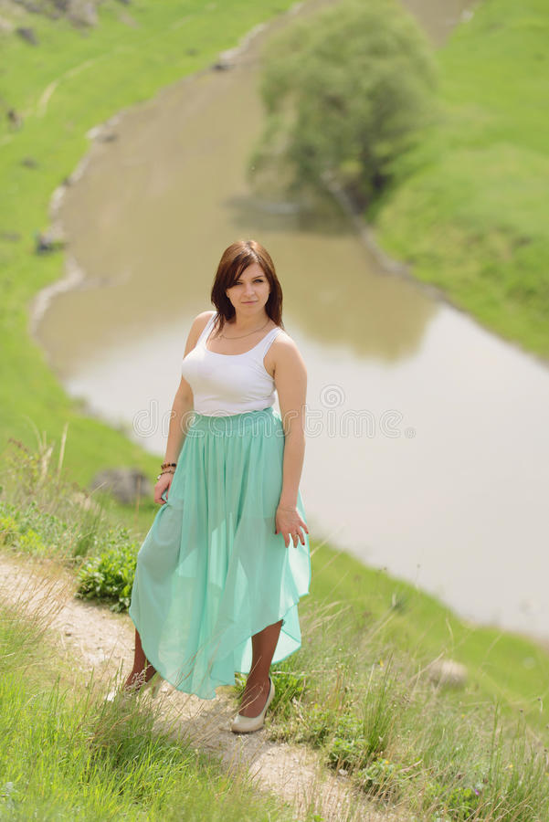 Frau im langen Rock lizenzfreie stockfotografie