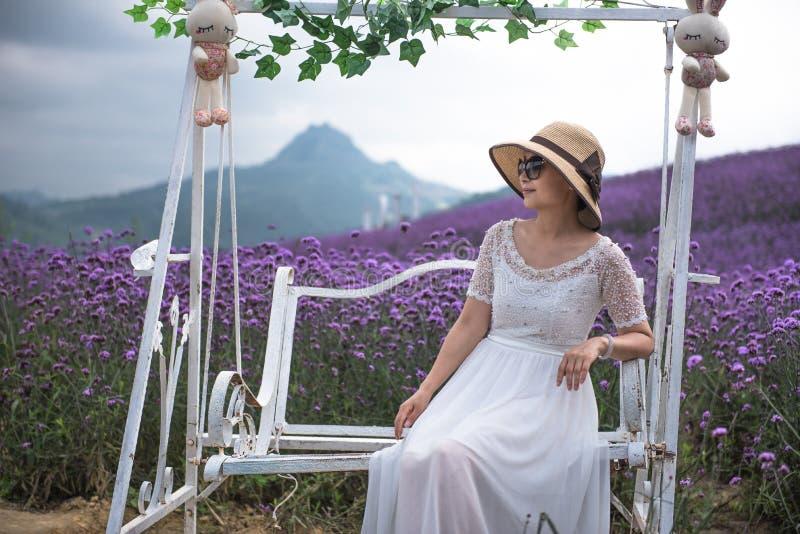 Frau im Lavendel-Freizeitpark lizenzfreie stockbilder