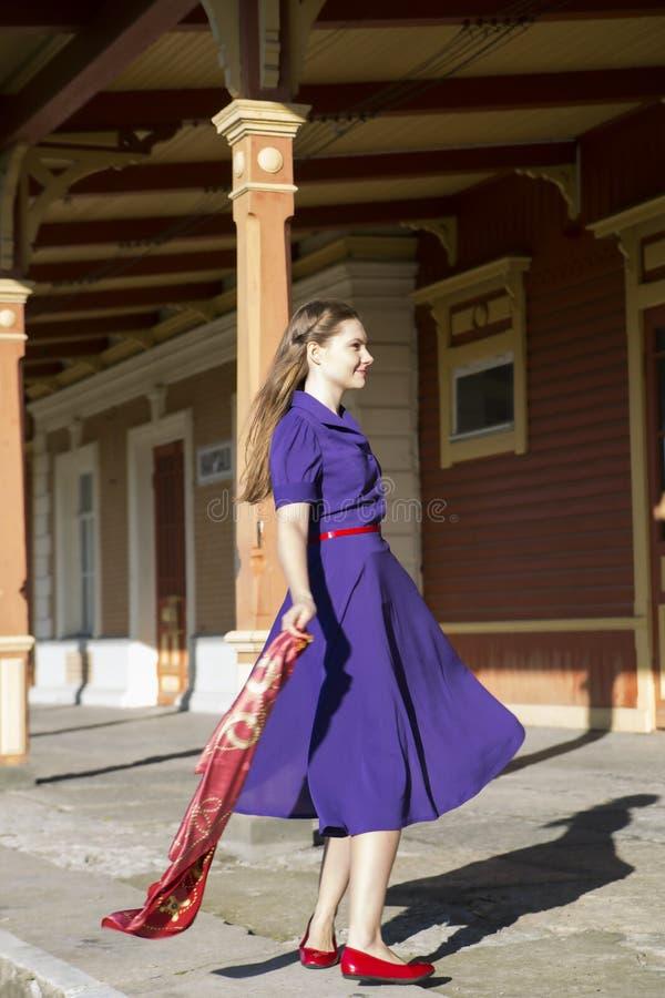 Braune schuhe zu lila kleid