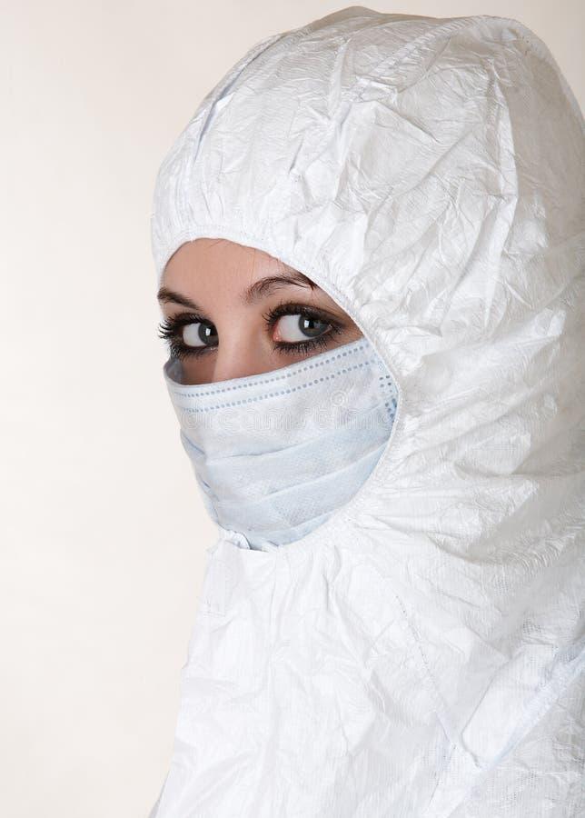 Frau im Mantel mit Schablone lizenzfreie stockbilder