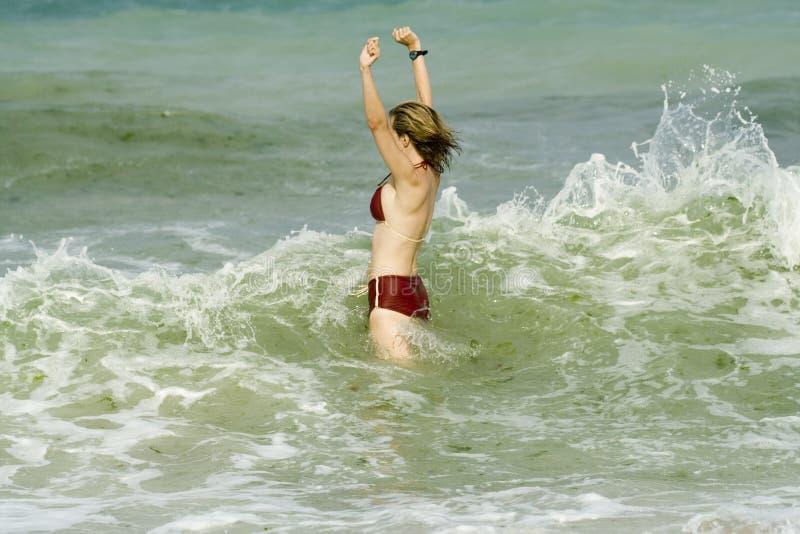 Frau im Meer stockbild