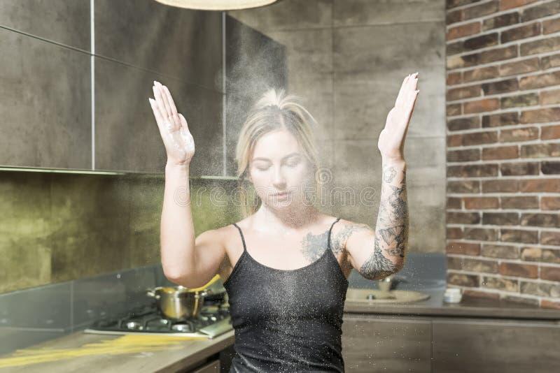 Frau im Mehl auf der Küche stockfoto