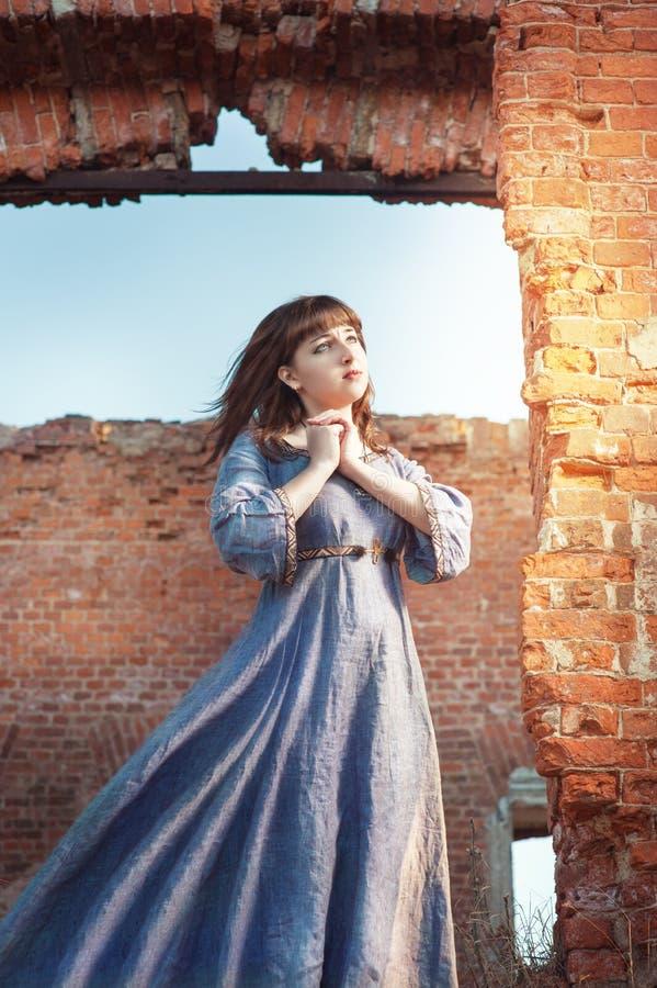 Frau im mittelalterlichen Kleid betend lizenzfreie stockfotos