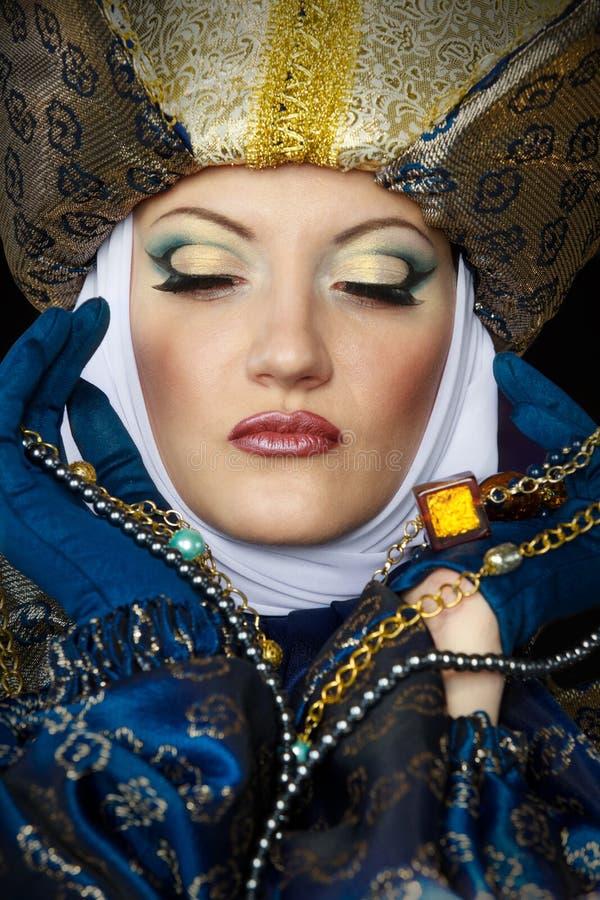 Frau im mittelalterlichen Kostüm stockfotos